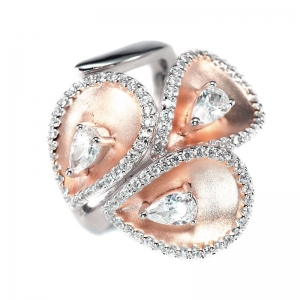 Anillo linea Premium, Petalos rosados y satinados por dentro, con piedras blancas