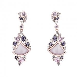 Par aros largos colgantes rosados , de piedras blancas, rosadas y violetas, con movimiento