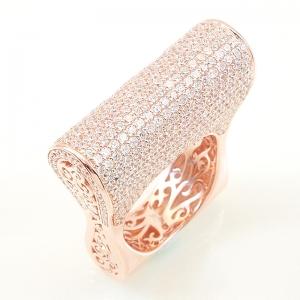 Anillo premium, alto, pavee, con piedras blancas, calado en sus costados, rosado