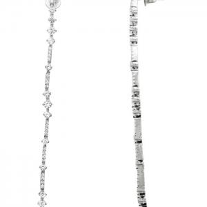 Par de aros largos, piedras redondas de distintas medidas, grifas, blancos. Largo : 10 cm aprox
