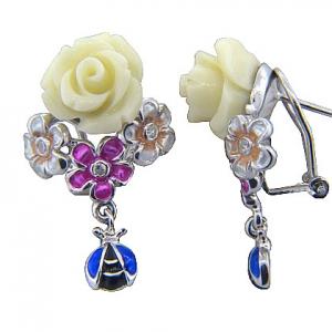 Par aros, rosa blanca, flores, vaquita de san antonio, cierre pasante y clip