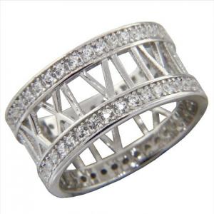 anillo sin fin numero romanos, con piedras blancas en los bordes