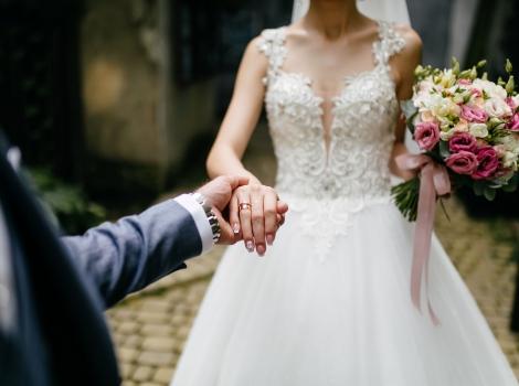 ¿Por qué el anillo de compromiso va en la mano izquierda?